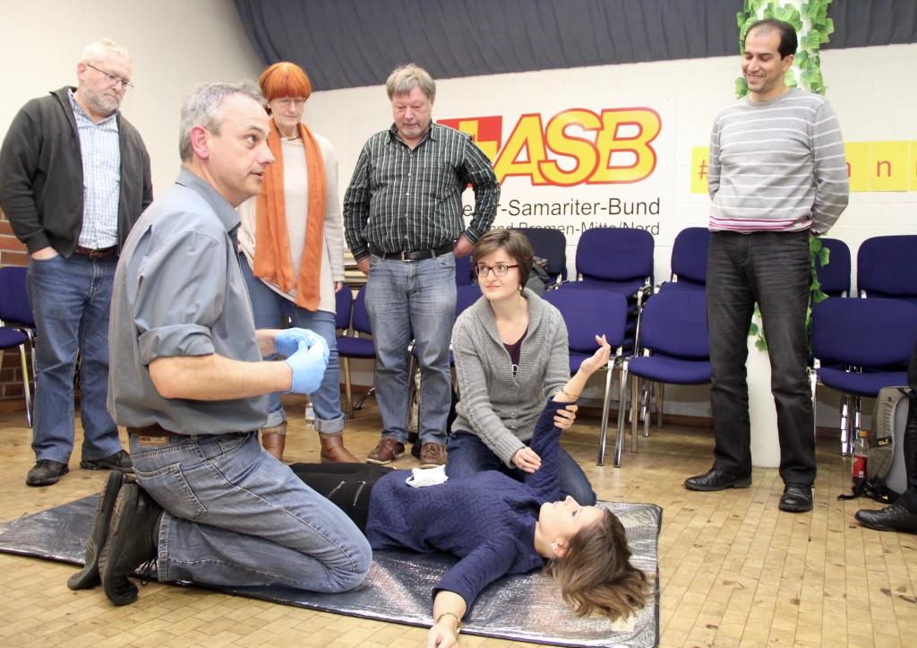 Stephanie Dehne bei der Erste Hilfe-Grundausbildung