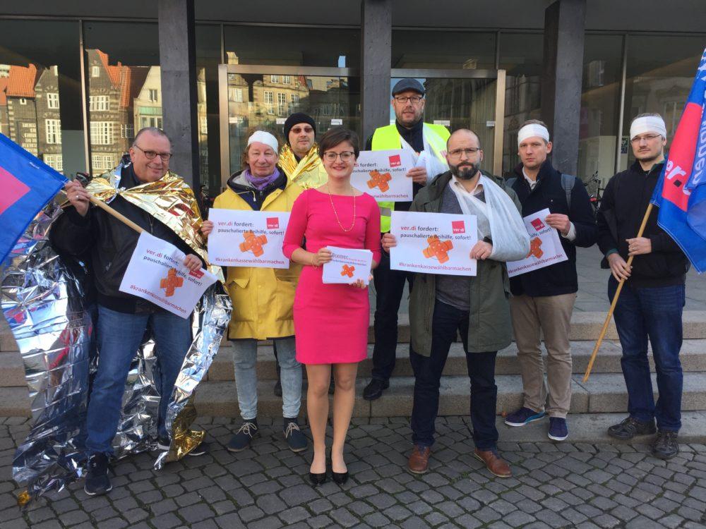 Stephanie Dehne mit Mitgliedern der vereinigten Dienstleistungsgewerkschaft vor dem Haus der Bürgerschaft
